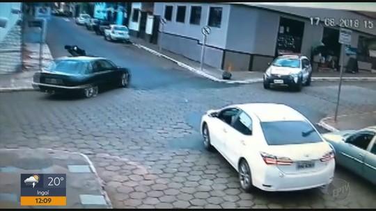 Motorista fura fiscalização e atropela tenente da Polícia Militar em Alpinópolis, MG