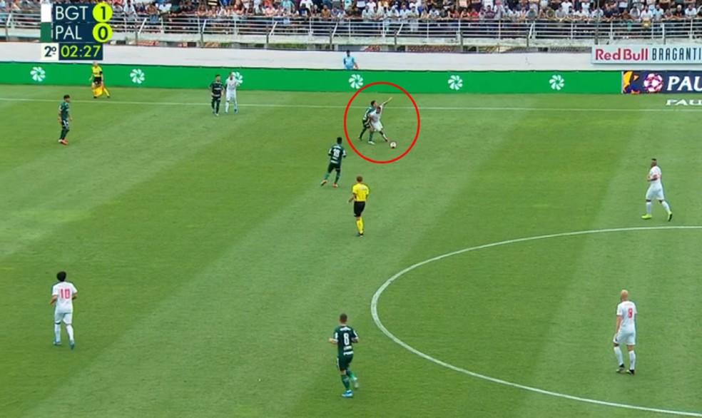 Marcos Rocha estava do lado oposto e abriu espaço no segundo gol do Bragantino — Foto: Reprodução