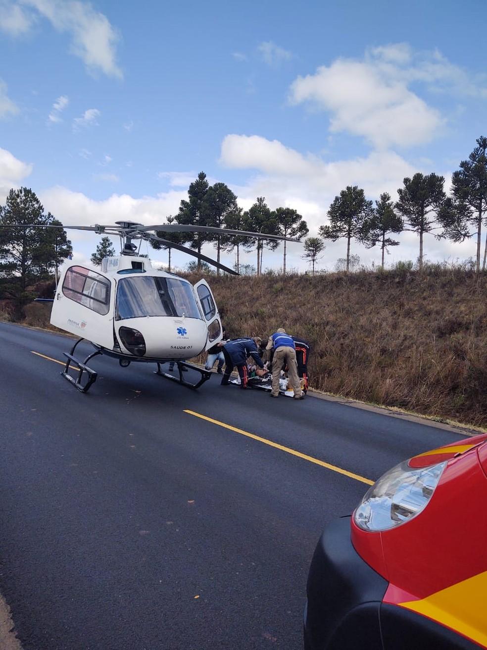 Motorista do carro foi levado de helicóptero para hospital — Foto: Divulgação/Serviço Aeromédico Campos Gerais