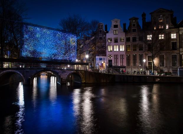 Destival de luzes em Amsterdã reproduz quadro de Van Gogh em LED (Foto: Instagram / janusvdeijnden)