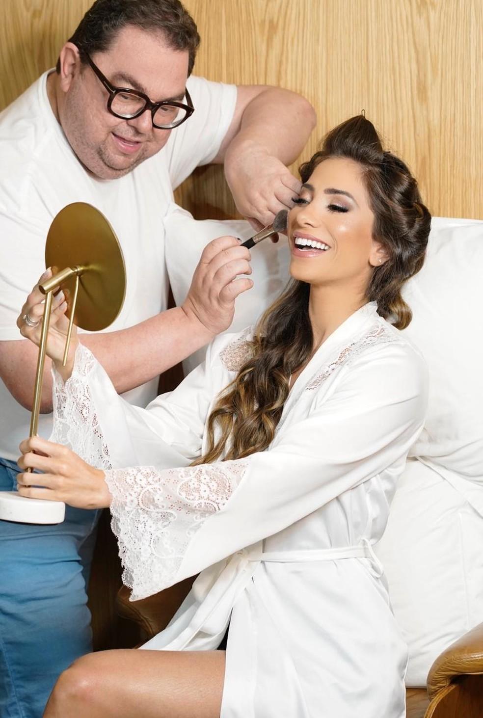 Junior Mendes preparou make e penteado leves para a noiva Romana Novais — Foto: Rick Arruda e Anna Quast / Divulgação