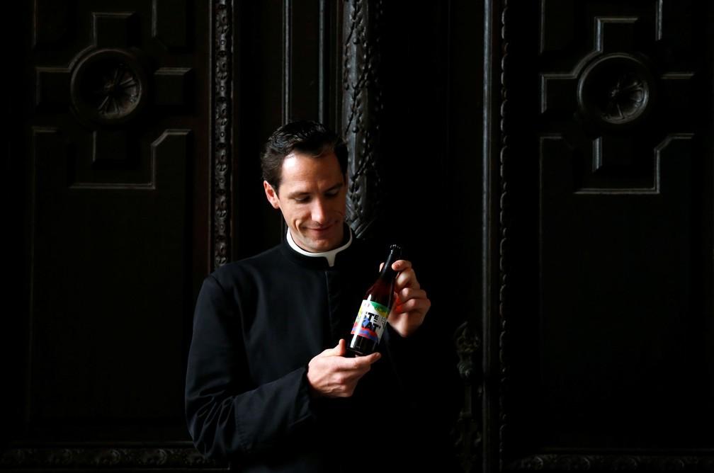O padre Jeremie Schaub posa com a cerveja (Foto: François Lenoir/Reuters)