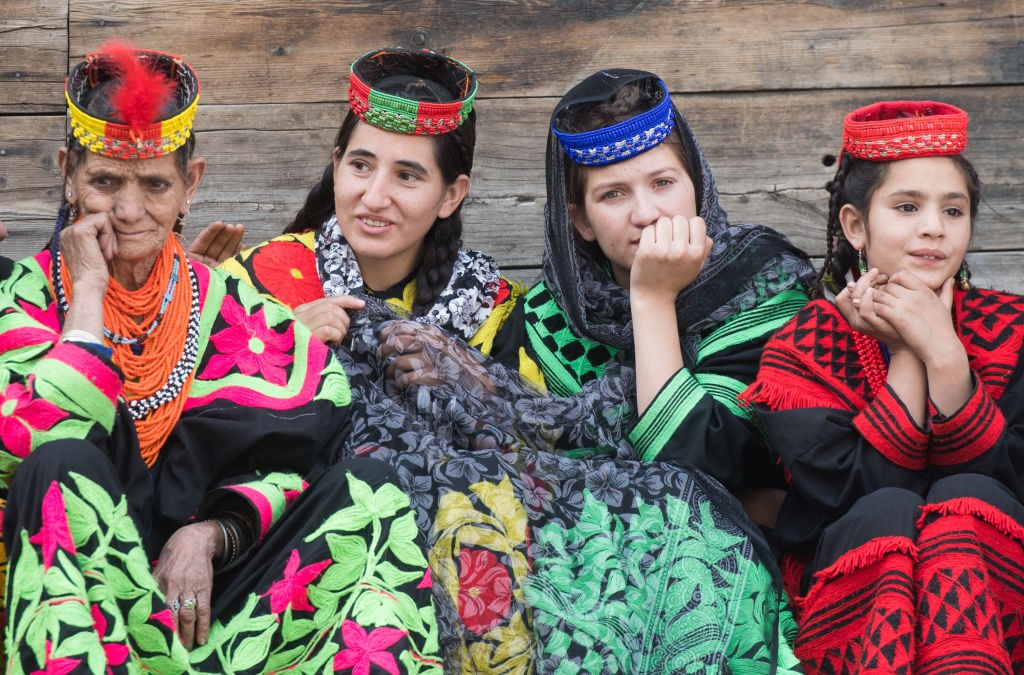 CHITRAL, PAKISTAN - OCTOBER 16: Locals are seen at a settlement of the Kalash people ahead of the visit by Prince William, Duke of Cambridge and Catherine, Duchess of Cambridge on October 16, 2019 in Chitral, Pakistan. Their Royal Highnesses The Duke and  (Foto: Samir Hussein/WireImage)