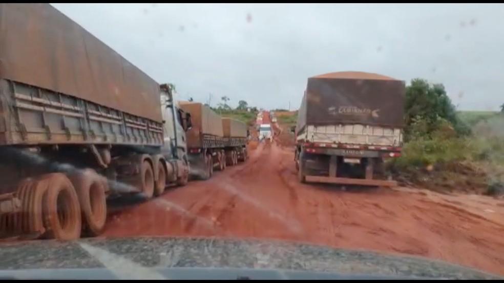 Fila de caminhões na BR-158 — Foto: TVCA/Reprodução