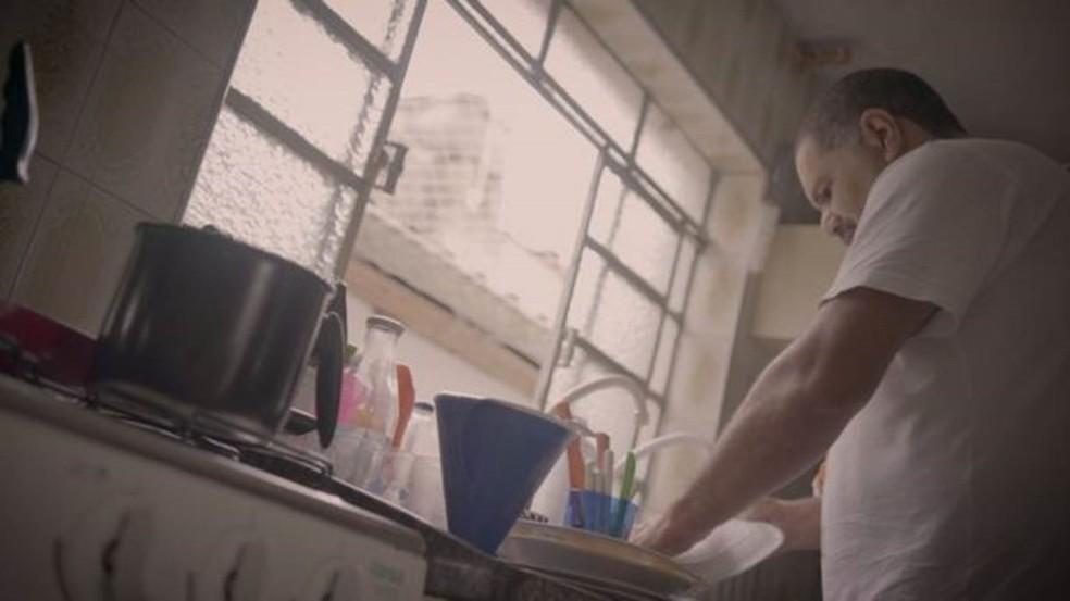 Como Alessandra passou a trabalhar muito, Alexandre assumiu as tarefas domésticas — Foto: Fernando Quixote/BBC