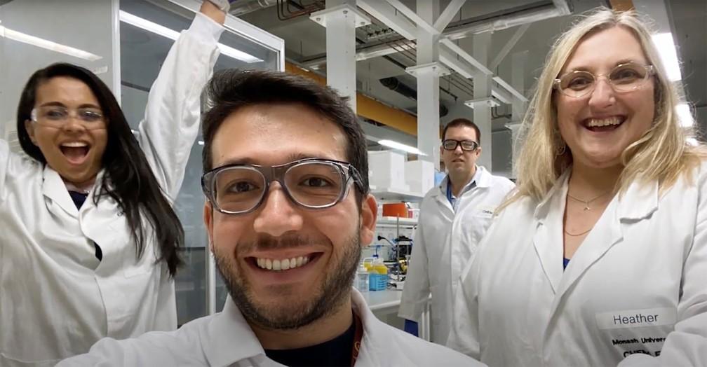 Integrantes da equipe de pesquisa liderada pela Universidade Monash posam para uma foto em Melbourne, na Austrália, em imagem capturada de um vídeo  — Foto: Departamento de Engenharia Química da Universidade Monash/Divulgação via Reuters