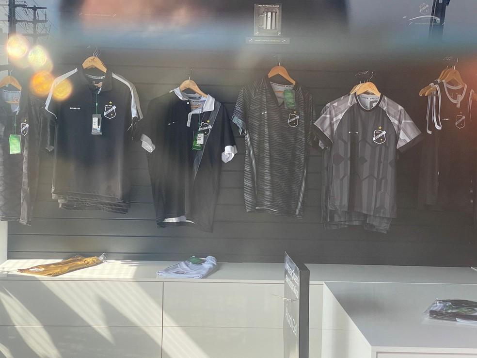 Camisetas do ABC foram na vitrine da loja do time. Parte do material foi roubado durante a madrugada em Natal. — Foto: Kleber Teixeira/Inter TV Cabugi