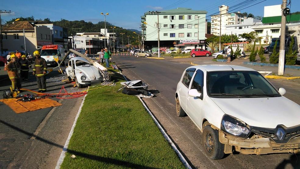 Acidente entre Clio e Fusca em Ibirama — Foto: Bombeiros Voluntários de Ibirama/Divulgação