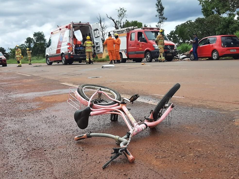 Bicicleta caída na DF -130, no Núcleo Rural Rajadinha, em Planaltina, após menina de 4 anos ser atropelada — Foto: Corpo de Bombeiros / Divulgação