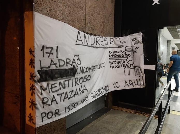 Protesto na porta da sede do Corinthians — Foto: Reprodução