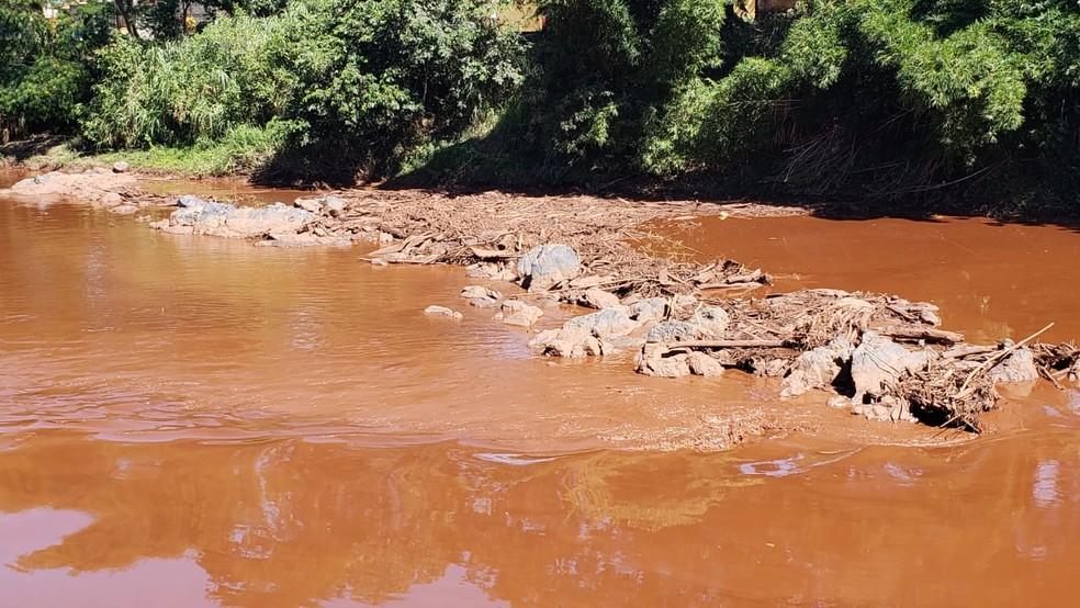 Rio Paraopeba, no centro de Brumadinho, tomado pela lama — Foto: Raquel Freitas/G1