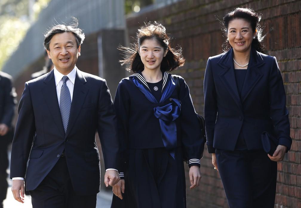 O príncipe Naruhito e a princesa Masako acompanham a filha, a princesa Aiko, na festa de formatura da escola, em 2017. — Foto: Issei Kato/Pool /AFP