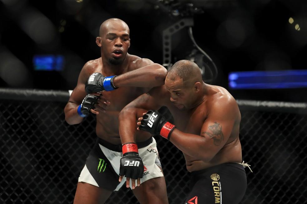 Jon Jones venceu Daniel Cormier no UFC 214, mas teve problemas com o doping outra vez (Foto: Getty Images)
