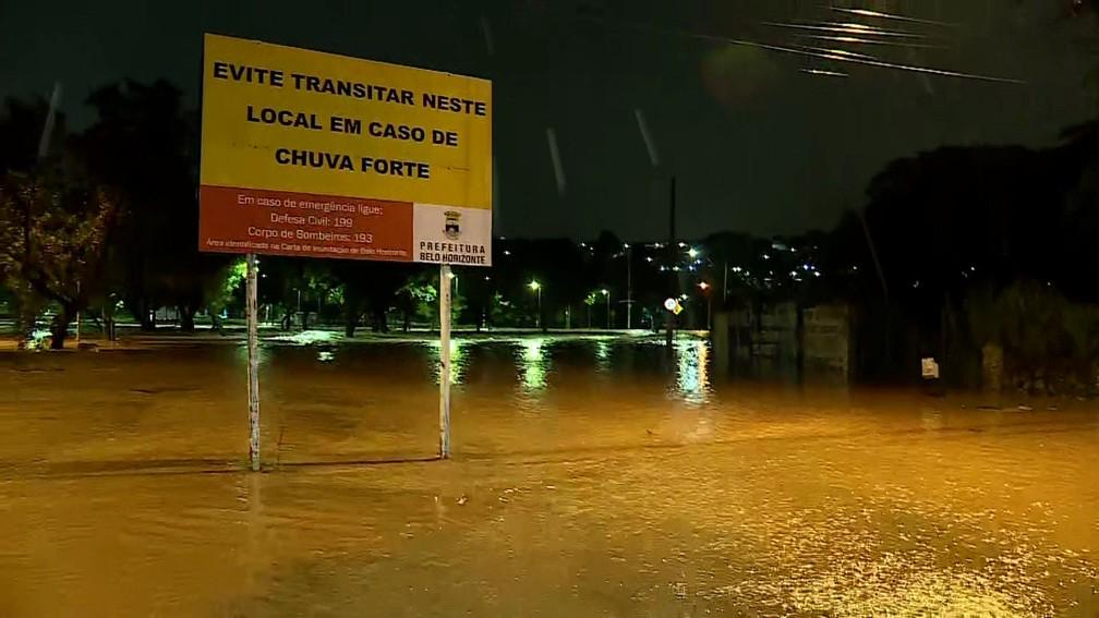 Placa em alagamento alerta motoristas para evitar área na região da Pampulha, em Belo Horizonte — Foto: Reprodução/TV Globo