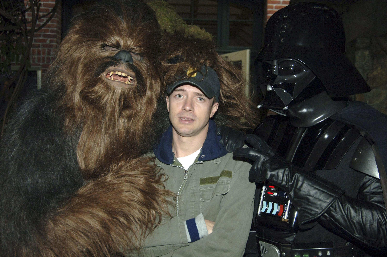 Topher Grace entre Chewie e Darth Vader (Foto: Getty)