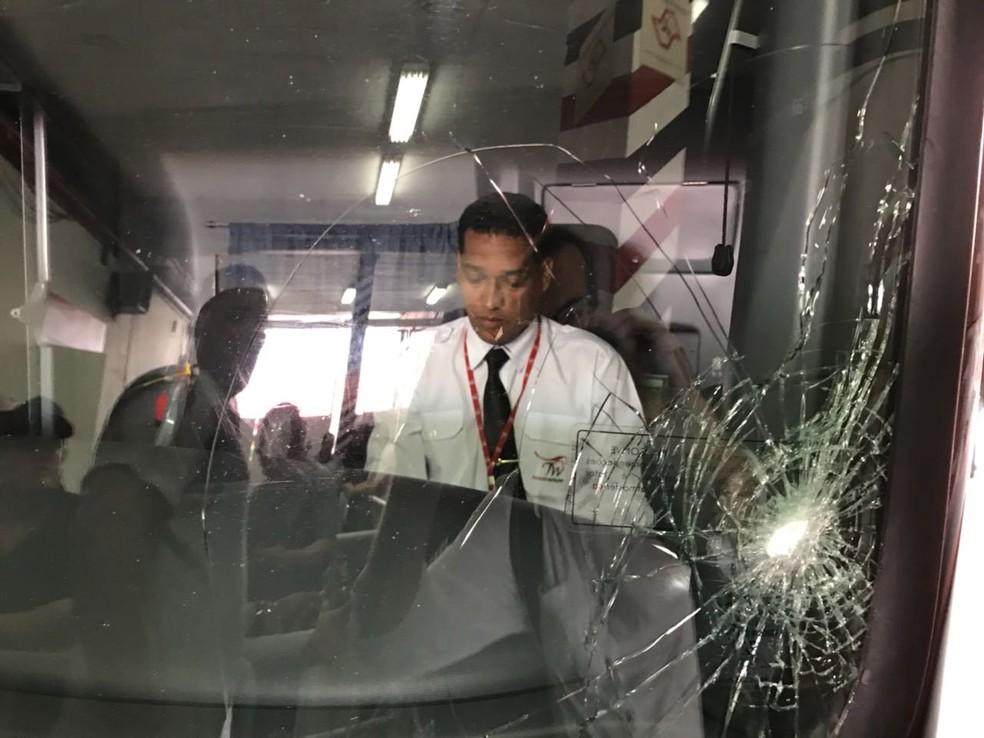 Ônibus do Corinthians depredado em clássico com o São Paulo no Morumbi, em 2017 — Foto: Martín Fernandez