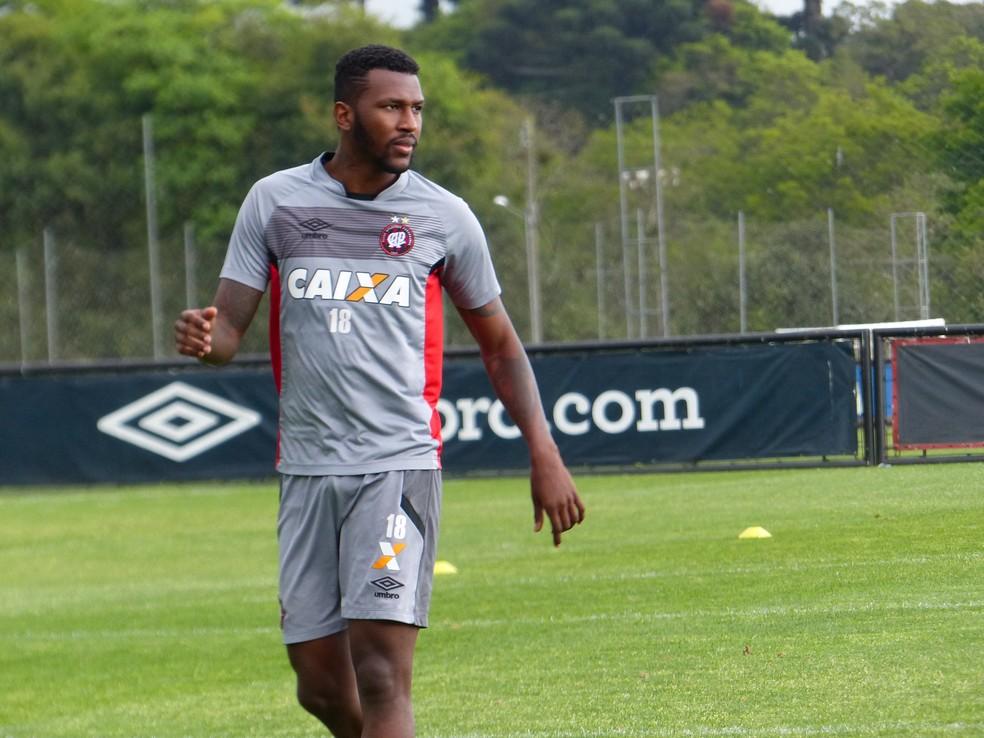 Douglas Coutinho estava no Atlético-PR (Foto: Monique Silva)