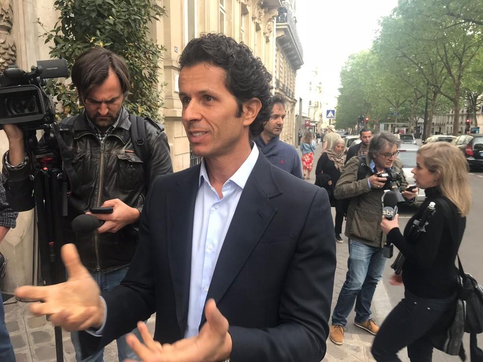 Rodrigo Lasmar explica situação de Daniel Alves em coletiva em Paris (Foto: Colin Vieira)