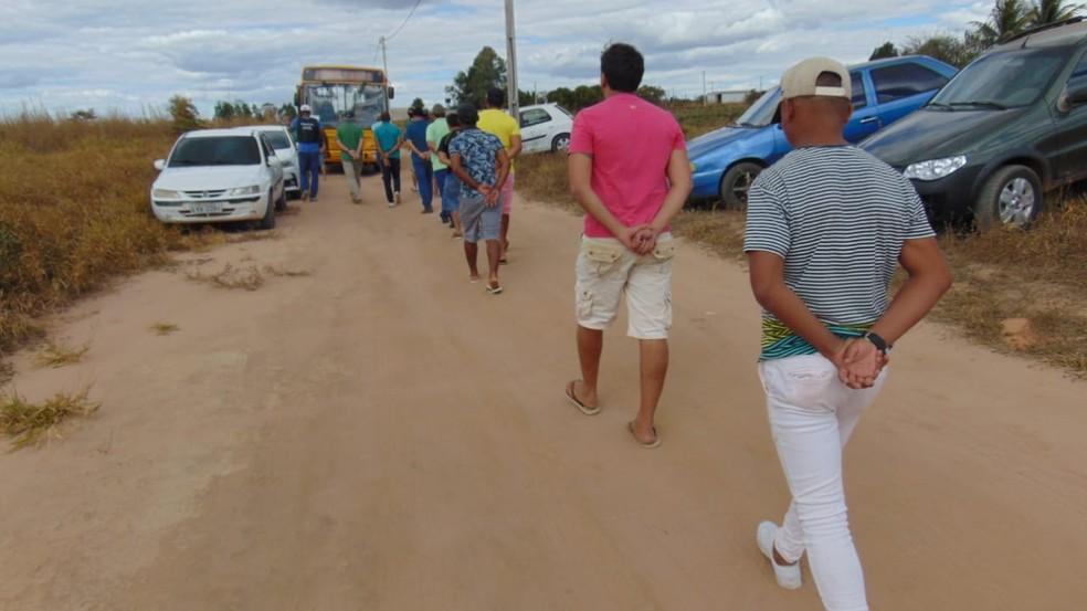 Cerca de 150 pessoas foram presas em rinha de galo no oeste da Bahia — Foto: Blogbraga