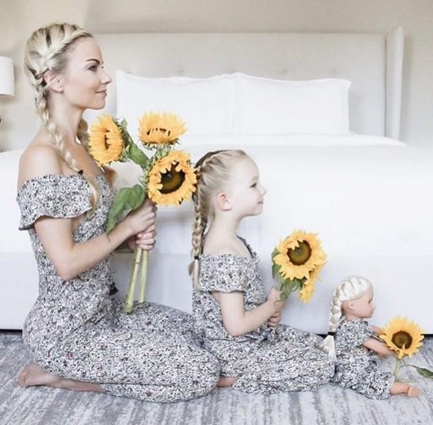 Katherine Weiland e sua filha, com a boneca, posando para mais uma de suas fotos que viralizam no Instagram (Foto: @kweilz/Instagram)