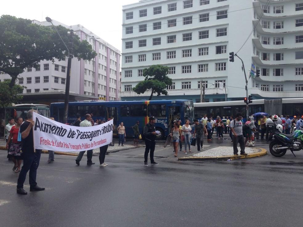 Manifestantes fecharam avenida para criticar o possível aumento de passagem de ônibus no Grande Recife (Foto: Wagner Sarmento/TV Globo)