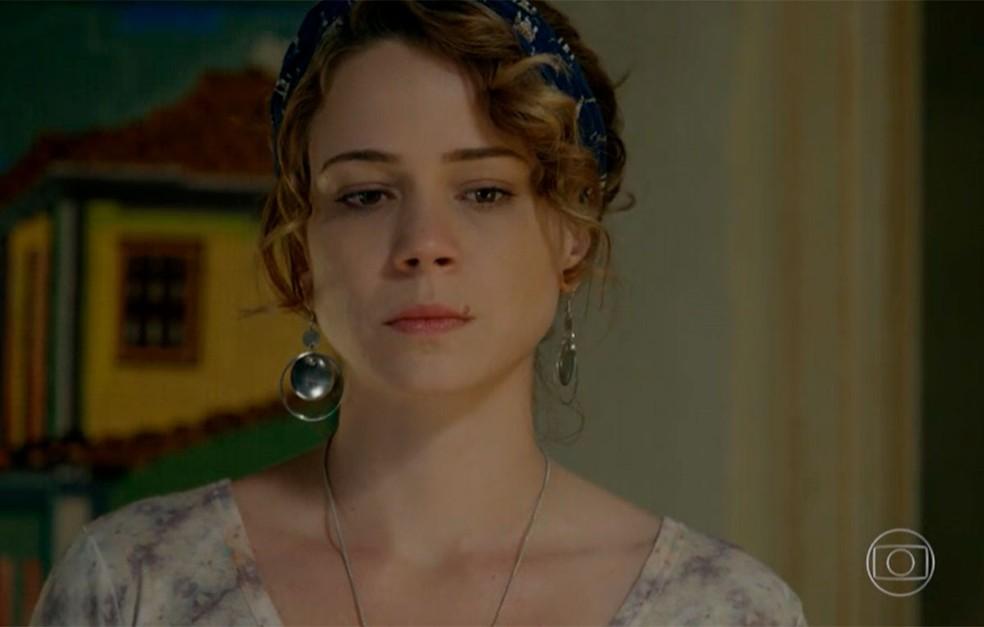 Em 'Império', Cristina (Leandra Leal) aceita dinheiro de Maria Marta (Lilia Cabral) — Foto: Globo