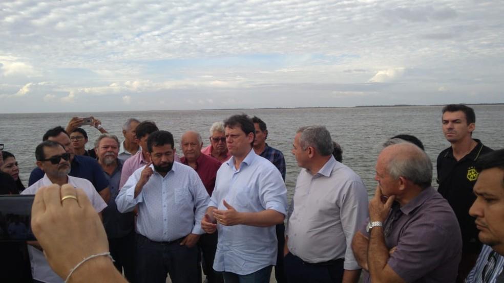 Ministro Tarcísio Gomes foi acompanhado por autoridades de Santarém em visita ao local onde está sendo construído o Terminal Hidroviário do município — Foto: Geovane Brito/G1