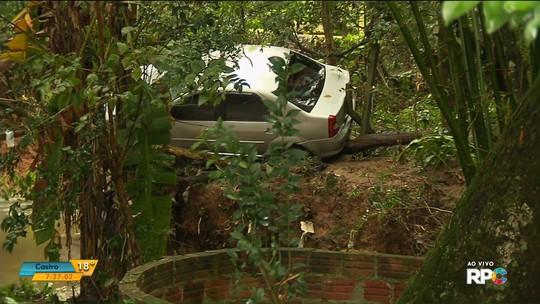 Homem desaparece após carro ser arrastado para rio em bairro de Curitiba