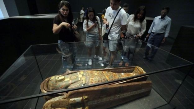 O diretor do museu negocia possíveis empréstimos de obras do Louvre, em Paris (Foto: EPA / Via BBC News)