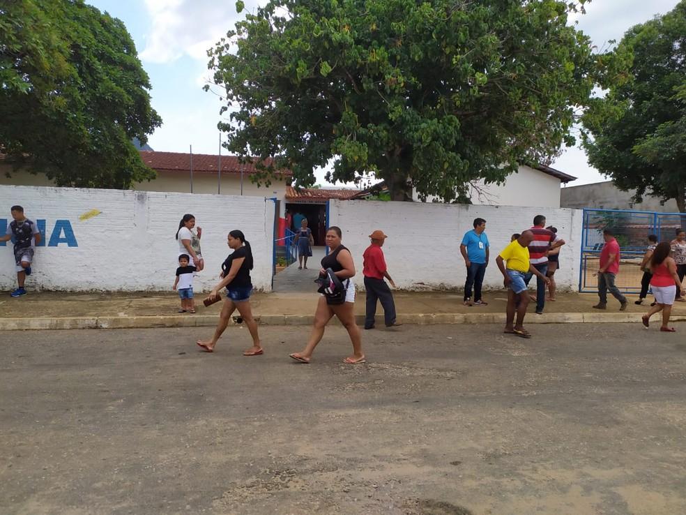 Movimentação na frente de local de votação em Lajeado — Foto: Paula Bittencourt/TRE