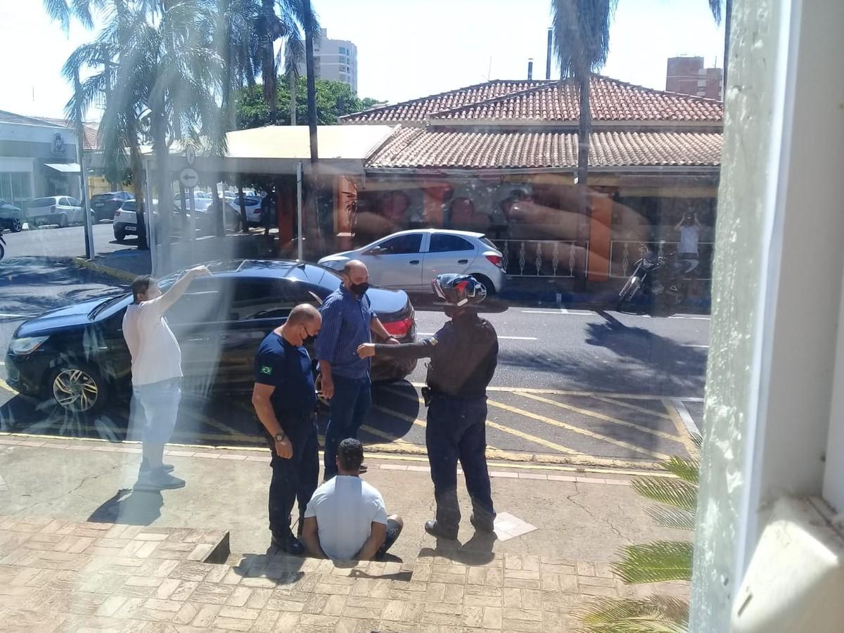 Prefeito de Birigui fala de repercussão após correr e imobilizar ladrão de celular: 'Agi por impulso'