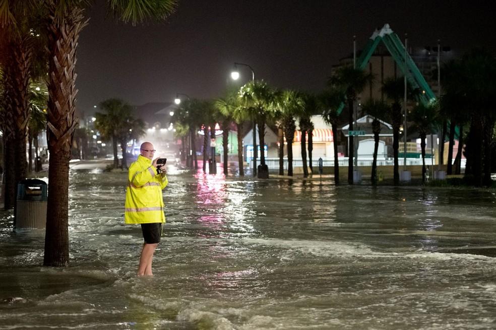Homem faz vídeo da enchente Myrtle Beach, na Carolina do Sul (EUA), na terça-feira (4) — Foto: Sean Rayford / Getty Images / AFP