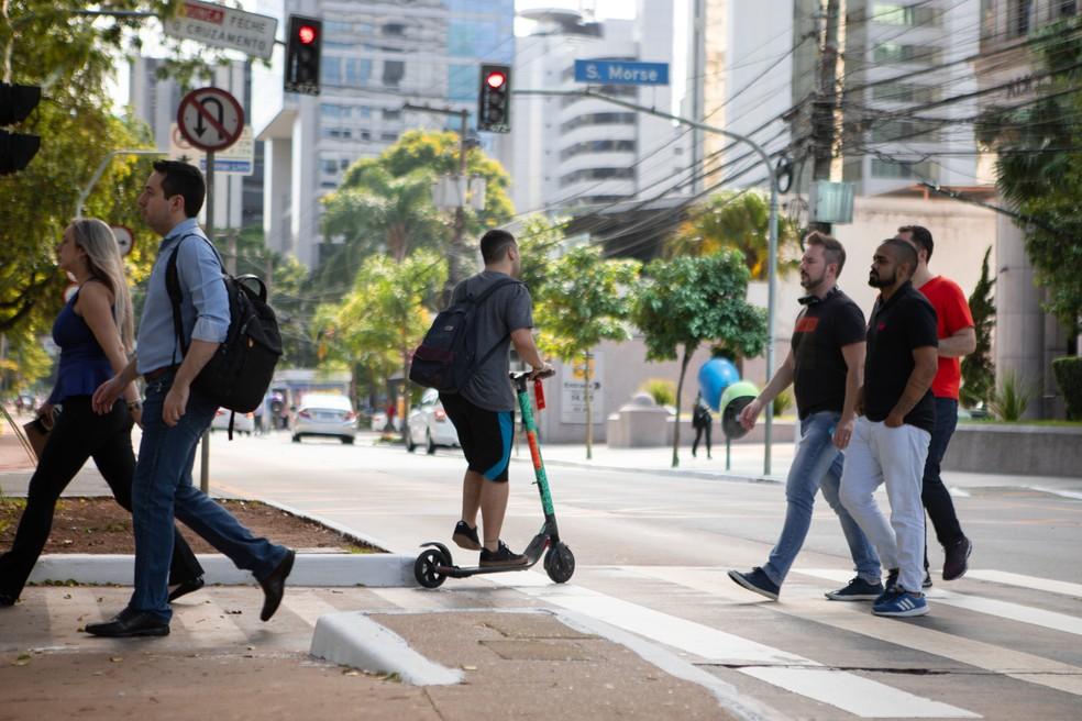 Patinetes não estão liberados para rodar nas ruas — Foto: Marcelo Brandt/G1