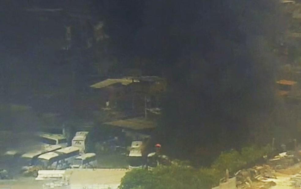 ônibus são atingidos por incêndio em Salvador — Foto: Reprodução/TV Bahia