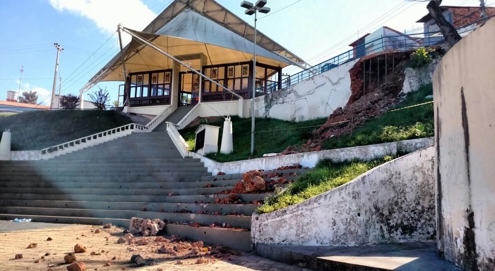 Parte do Largo de São Pedro que desabou fica ao lado da capela (Foto: Douglas Pinto / TV Mirante)
