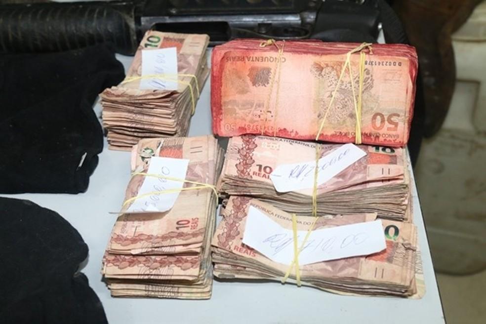Dinheiro saqueado durante as explosões foi recuperado pela polícia (Foto: Divulgação/Polícia Civil)