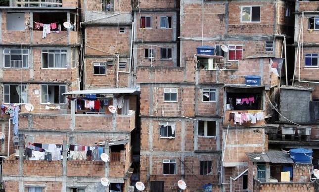 A favela da Rocinha tem uma das piores taxas de incidência da tuberculose no mundo. Casas úmidas, apertadas e com fomo contribuem para a propagação da doença, que se dá pelo ar
