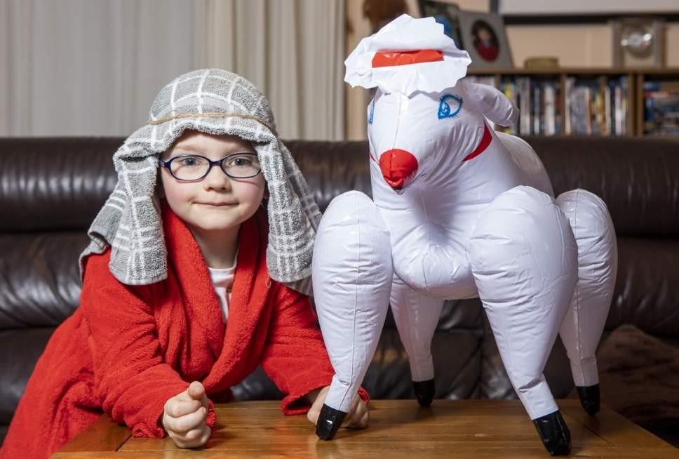 A mãe se confundiu e mandou uma ovelha que era, na verdade, um brinquedo erótico para a peça de Natal da escola (Foto: Reprodução/ Independent)