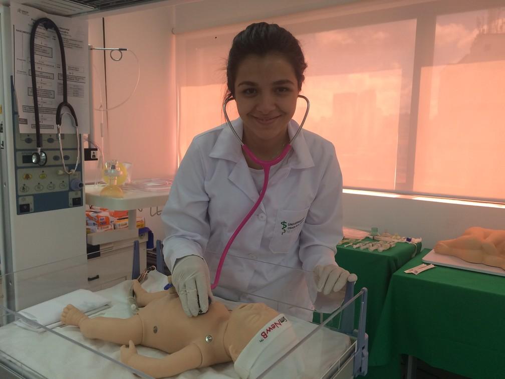 Caroline Belo Prado na aula no curso de medicina da Unicid (Foto: Vanessa Fajardo/ G1)