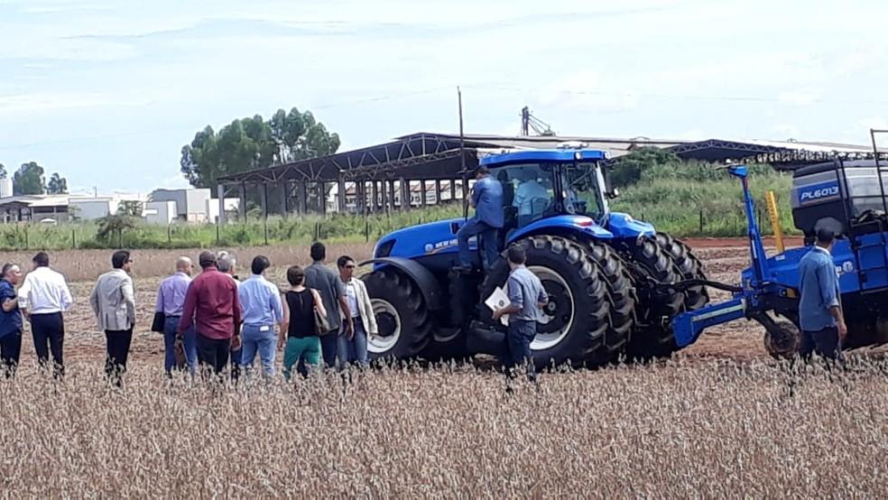 Vice-presidente Mourão participou de ato simbólico do início do plantio do milho safrinha em Sorriso e entrou em maquinários — Foto: Yasmim Oliveira/Centro América FM
