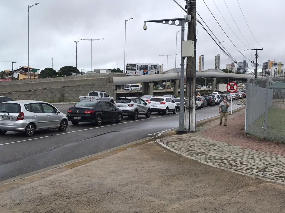 """Fila de carros se formou no entorno da Arena das Dunas no primeiro dia do """"drive thru"""" de testes rápidos da Covid-19 — Foto: Kleber Teixeira/InterTV Cabugi"""