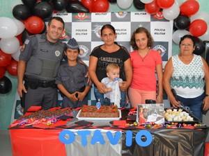 Família de Otávio levou menino para tirar foto e foi surpreendida com a festa (Foto: Arquivo pessoal/Leonardo Moreira)