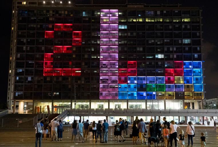 Israelenses e turistas disputaram torneio tetris que foi iluminando na fachada de edifício (Foto: Jack Guez/AFP)