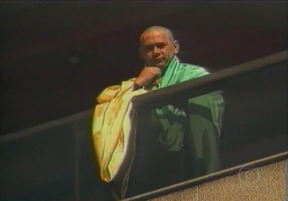 Leandro aparece na sacada de apartamento em São Paulo (Foto: Reprodução/TV Globo)