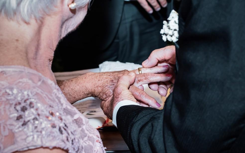 Dirce e João trocam alianças durante cerimônia de casamento em Ribeirão Preto, SP — Foto: Mariana Pizzo/Divulgação