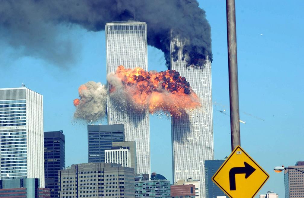 Explosão do segundo avião a atingir o World Trade Center é vista de longe em Nova York durante o ataque terrorista em 11 de setembro de 2001 — Foto: Spencer Platt/Getty Images via AFP/Arquivo