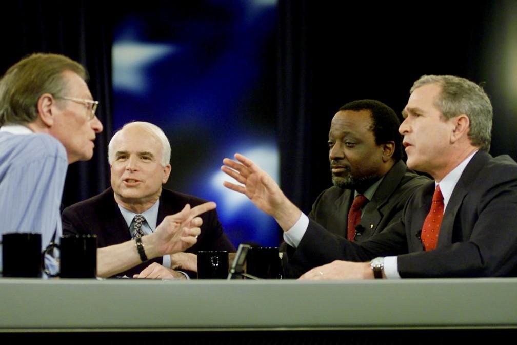 O então candidato à presidente dos EUA George W. Bush participa de debate com Larry King, Alan Keyes e John McCain em 15 de fevereiro de 2000 — Foto: Reuters