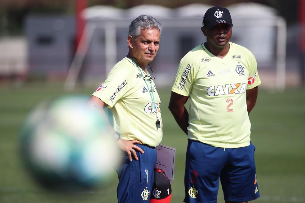 Rueda e Redin conversam no treino do Flamengo: dupla tenta levar conceitos que praticavam no Atlético Nacional (Foto: Gilvan de Souza / Flamengo)