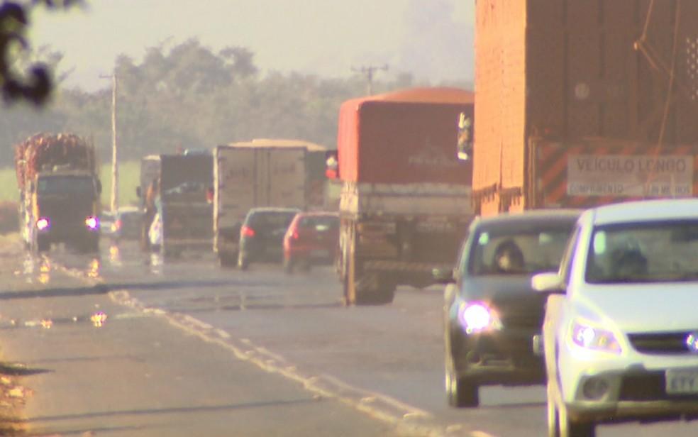 Tráfego de caminhões na Rodovia Deputado Cunha Bueno, na região de Ribeirão Preto (Foto: Maurício Glauco/EPTV)