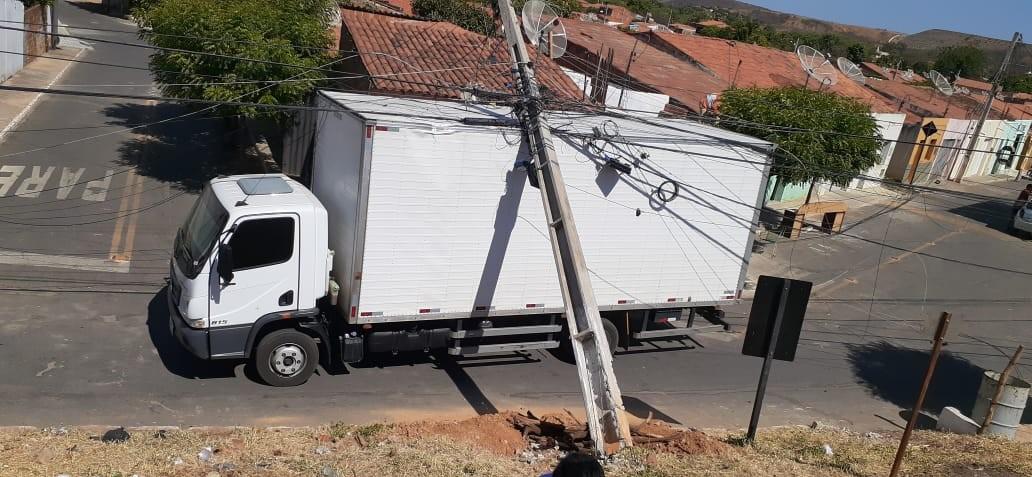 Poste cai sobre caminhão após veículo encostar em fiação em rua de Jati, no interior do Ceará